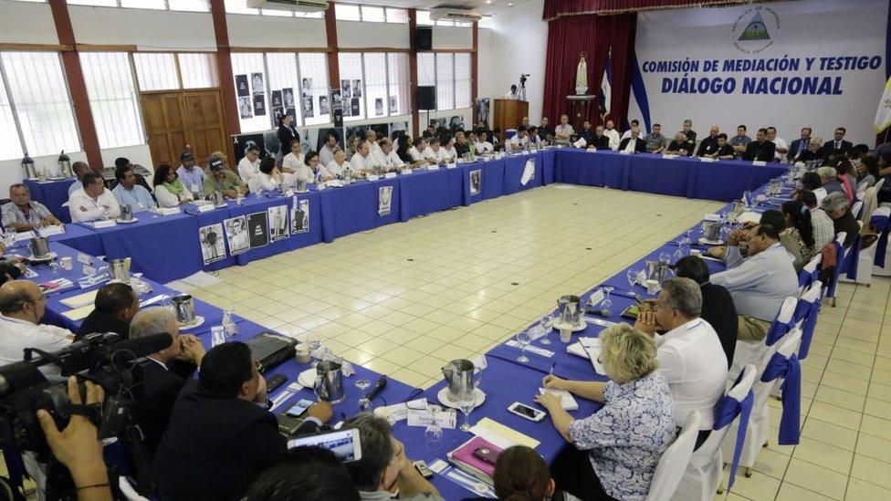 Miembros de la mesa de Diálogo Nacional sentados