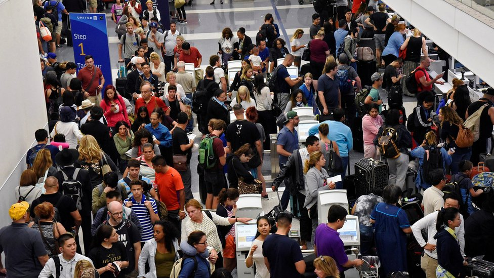 Queues of passengers at the Los Angeles International Airport line up to go through TSA security check following a false alarm event in Los Angeles, California, 28 August