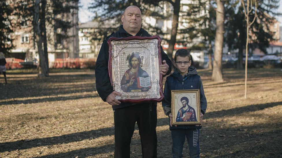 Okupljeni su u rukama nosili i ikone