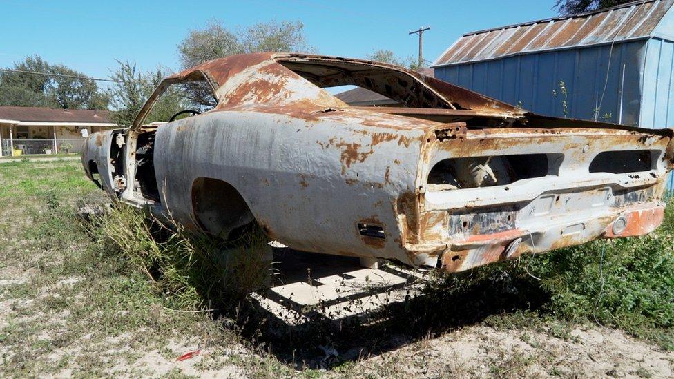 Auto abandonado.