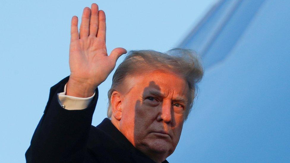 Donald trump saluda mientras se sube al Air Force One