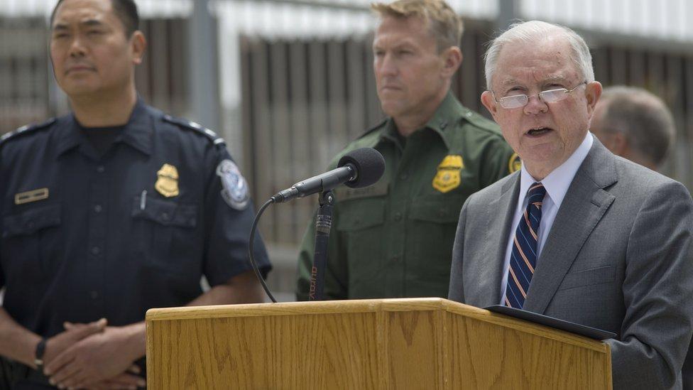 El fiscal general de Estados unidos, Jeff Sessions, en una rueda de prensa en la frontera de San Diego.