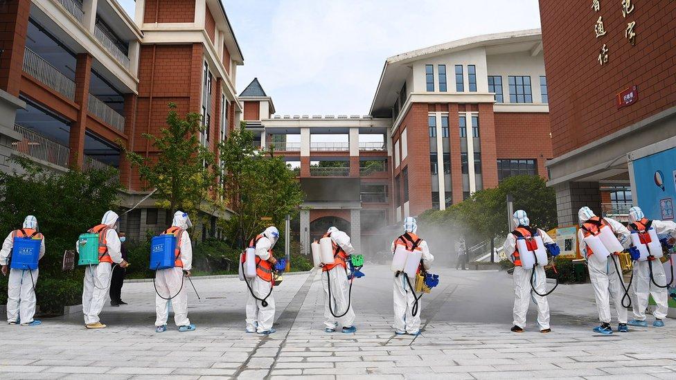 Desinfectando en Wuhan.