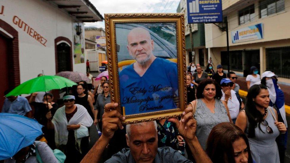 Una multitud acompaña el ferétro de Eddy Montes