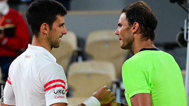 Đoković i Nadal se rukuju nakon istorijskog polufinala na Rolan Garosu.