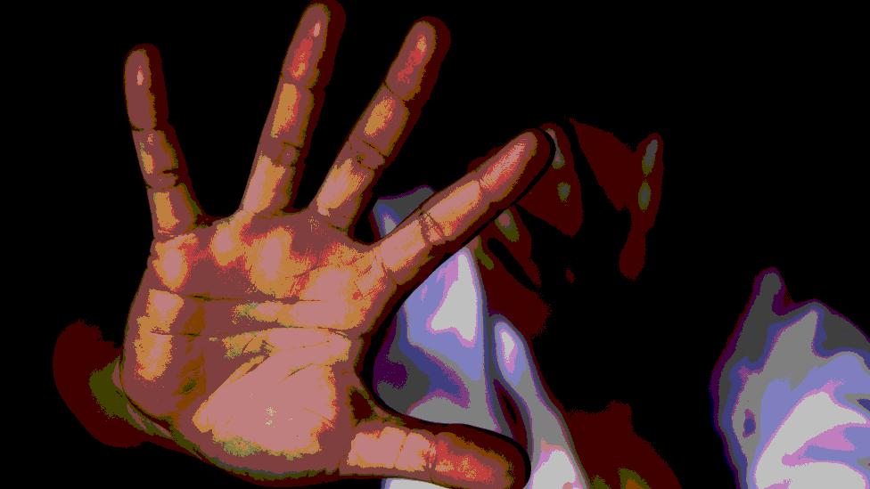 Una imagen con Photoshop que muestra a una mujer tapándose la cara y sosteniendo su otra mano