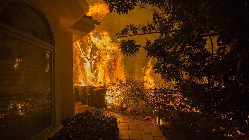 Api melalap rumah di Malibu ini.