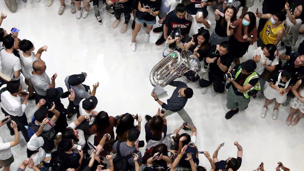 香港多個商場有示威者聚集唱《願榮光歸香港》。
