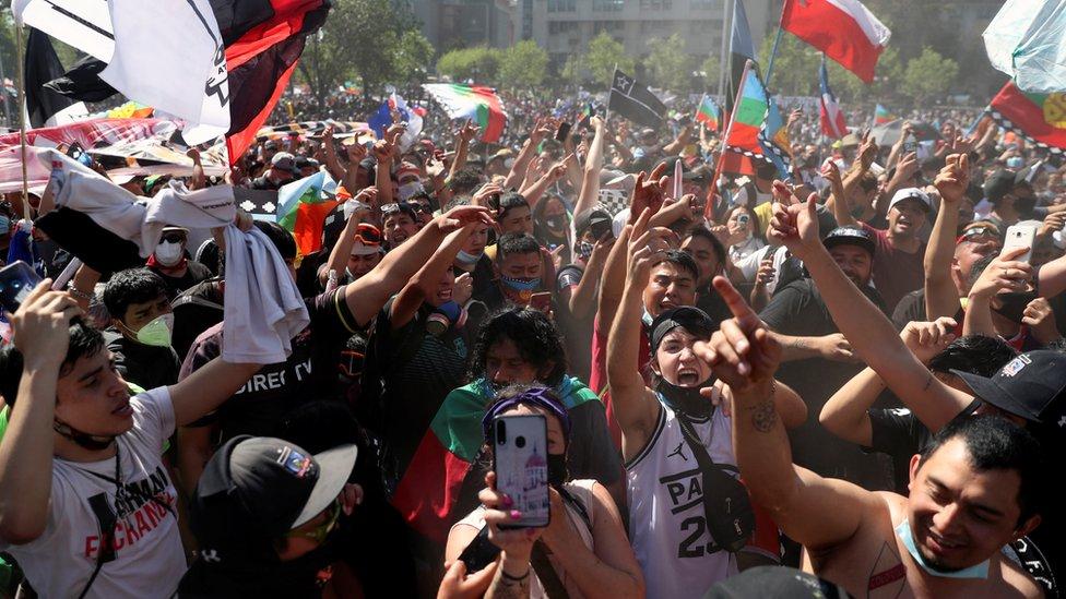 Manifestantes en Santiago durante las protestas por el primer aniversario del estallido social en Chile.