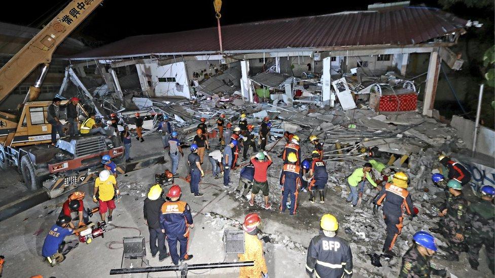 Radnici Hitne pomoći traže žive među ruševinama
