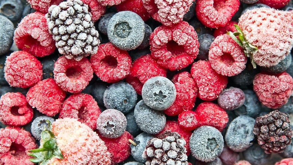 smrznuto jagodičasto voće: borovnice, maline, dud i jagode