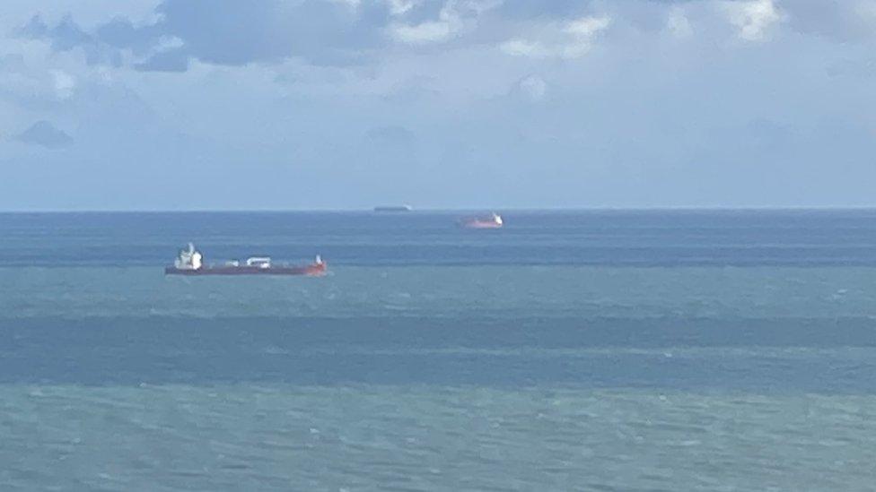 На танкере у берегов Британии спецназ задержал семь человек, они угрожали экипажу