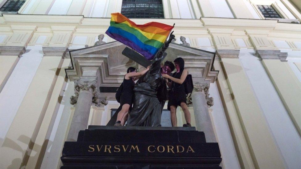 Aktivistler Varşova'daki Kutsal Haç Kilisesi'ndeki İsa heykeline LGBT bayrağı asmışlardı