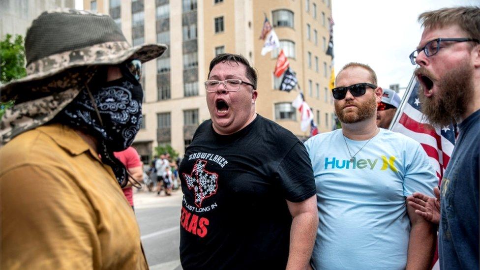 محتجون في تكساس على تدابير ارتداء قناع الوجه