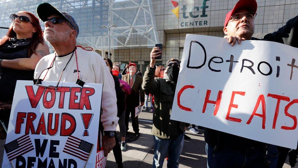خرج أناس للشوارع في ديترويت بمشيغان يزعمون حدوث تزوير في الانتخابات
