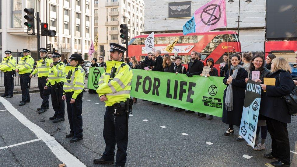 Policija i demonstranti na Londonskoj nedelji mode
