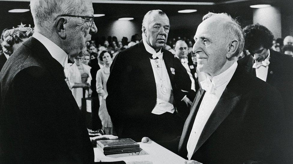 Kuznets quiso hacer algo muy distinto. Aquí está en 1971, recibiendo el premio Nobel de Economía.