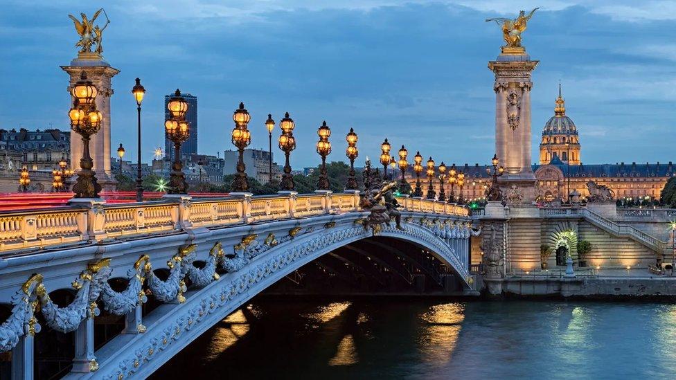 富麗堂皇的亞歷山大三世橋無疑是巴黎最浪漫的地標之一(Credit: GunerGulyesil/Getty Images)