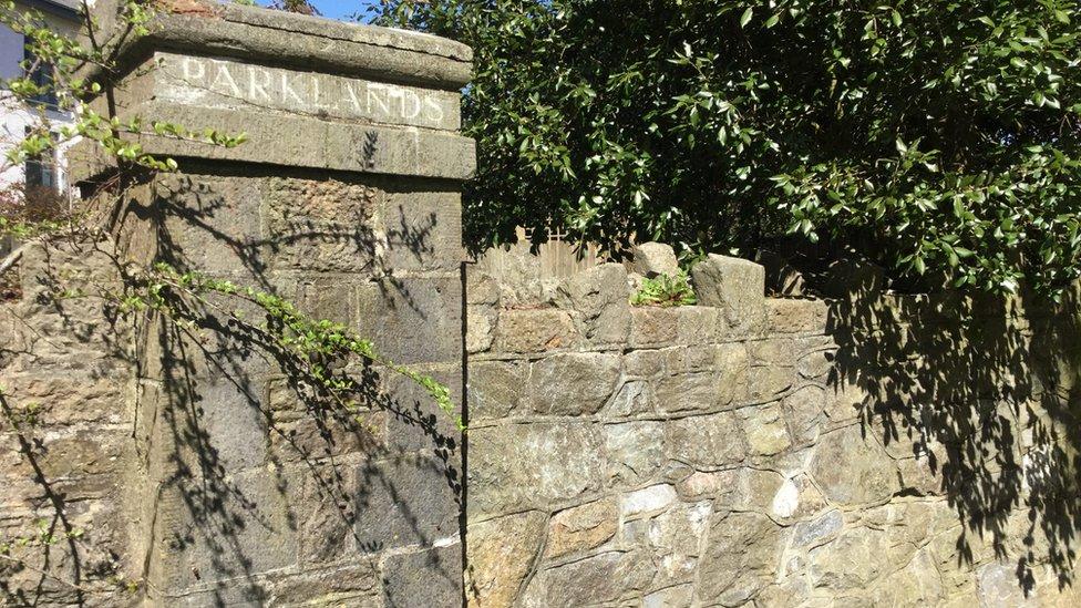 Solo queda parte de la entrada de lo que era el orfanato Parklands.