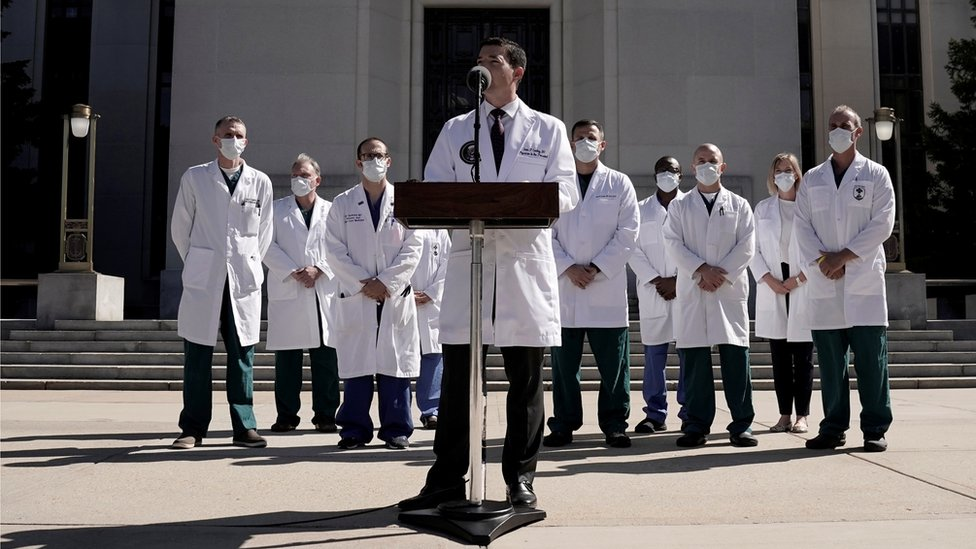 Sean Conley, médico da Casa Branca, dá entrevista à imprensa, acompanhado de outros médicos, sobre saúde de Trump
