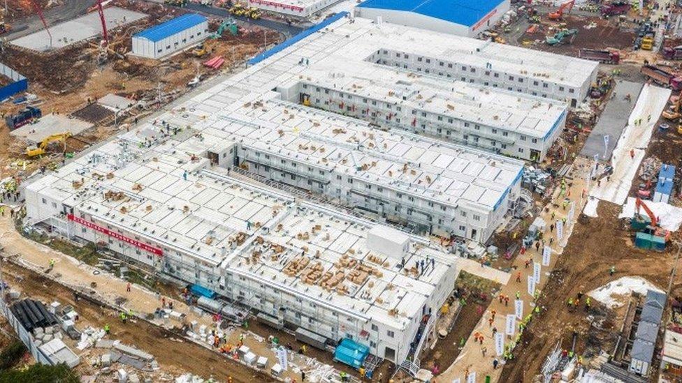 Vista aérea de un hospital en construcción