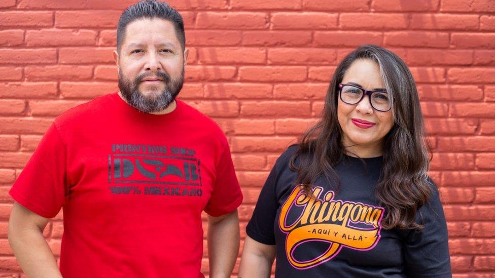 Gustavo Lavariega y Ana Laura López, con camisetas de Deportados Brand.
