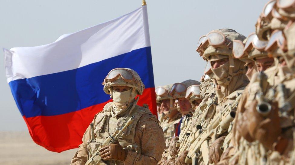 Militares rusos participando en ejercicios militares en el campo de entrenamiento Harb-Maidon, cerca de la frontera entre Tayikistán y Afganistán, el 10 de agosto de 2021.