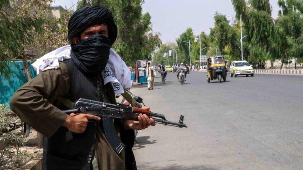 Un miliciano del Talibán patrulla en Kandahar