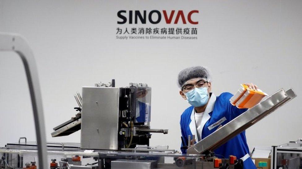 Funcionário em linha de produção da CoronaVac na China