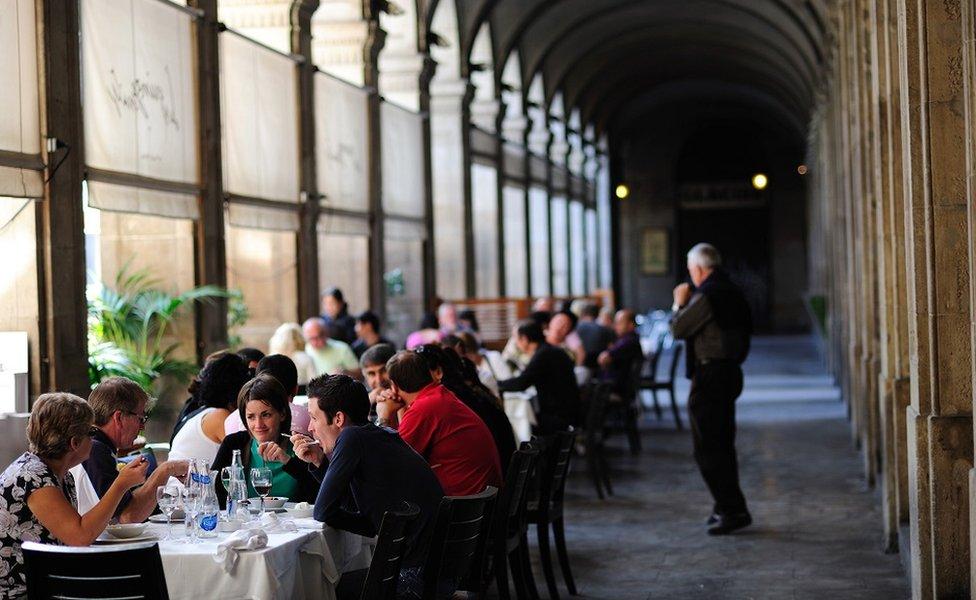 Gente sentada en un restaurante en Barcelona
