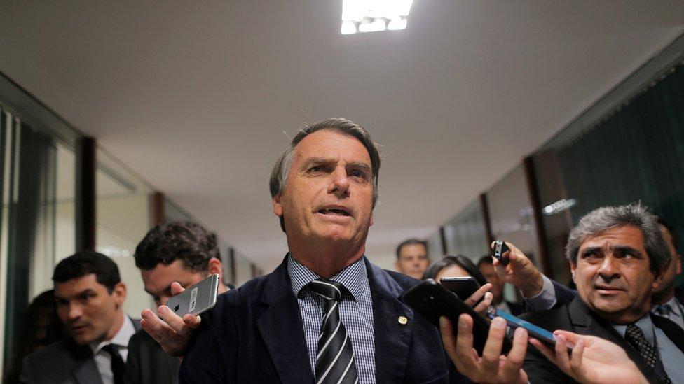 Em foto de setembro de 2018, Bolsonaro fala com a imprensa em corredor do Congresso