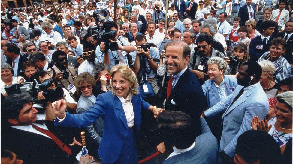 1988年,吉爾和拜登一起參加當年拜登的總統競選集會。