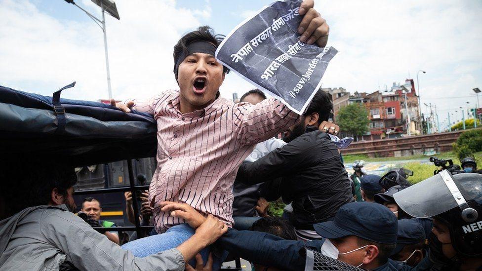 抗議者們手持標語,在加德滿都的印度大使館附近表達不滿。