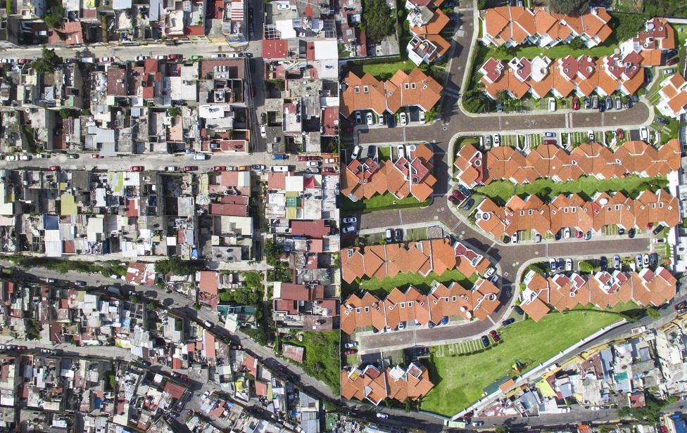 Toma aérea que muestra el contraste entre barrios ricos y pobres en Santa Fe, Ciudad de México, México.