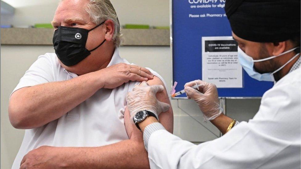 O premiê de Ontario, Doug Ford, recebe imunizante