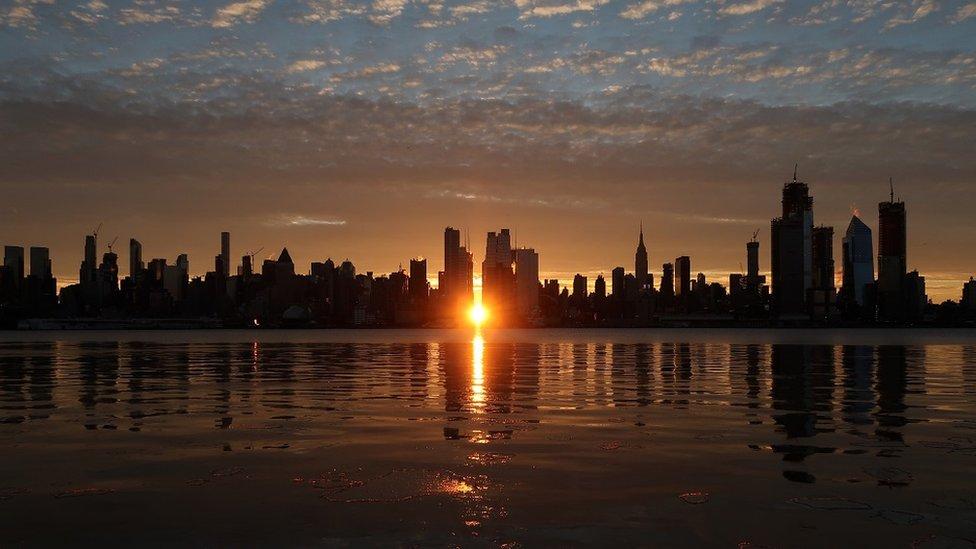 Manhattanhenge olarak bilinen olay ya da New York binaları arasında günbatımı