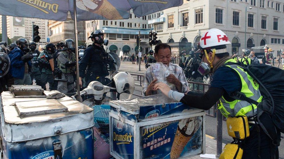 在尖沙咀賣飲料的檔主也遭催淚彈影響。