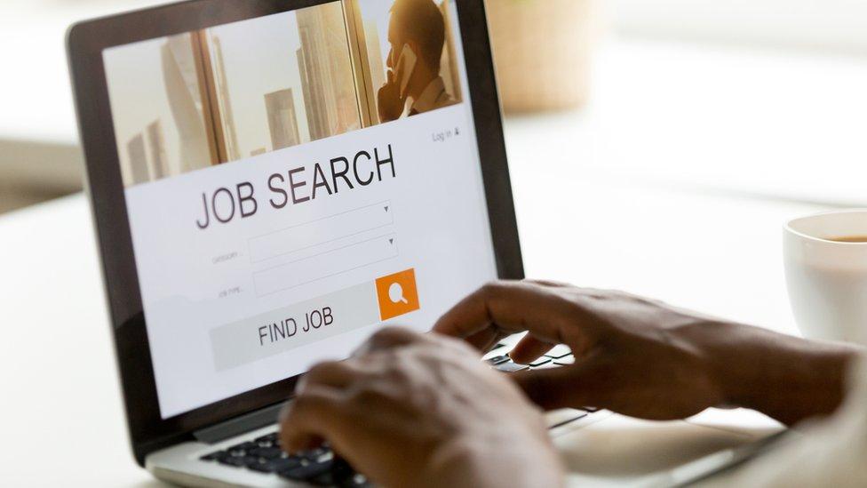 Persona buscando trabajo online