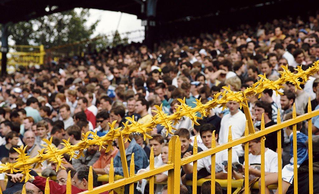 Las gradas en los estadios de fútbol eran copadas por aficionados blancos.