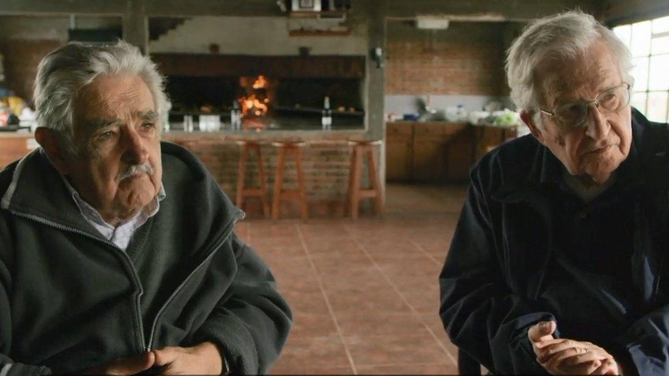 Una escena del encuentro entre Mujica y Chomsky