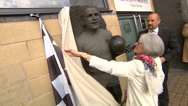 Isobel Mackay unveils the statue of her late husband, Dave