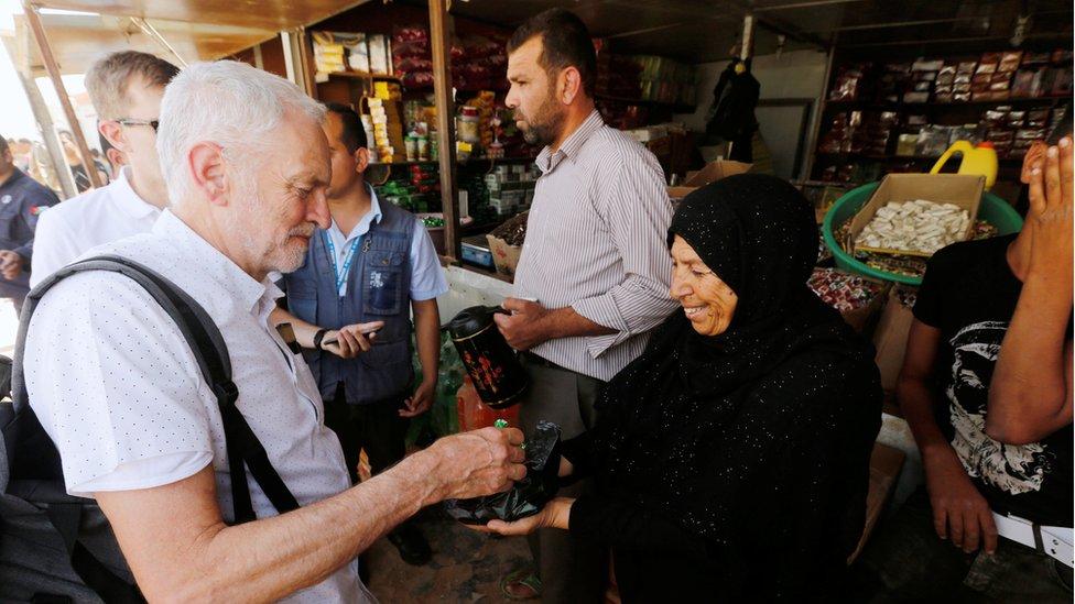 لاجئة تقدم الحلوى لكوربين في مخيم الزعتري