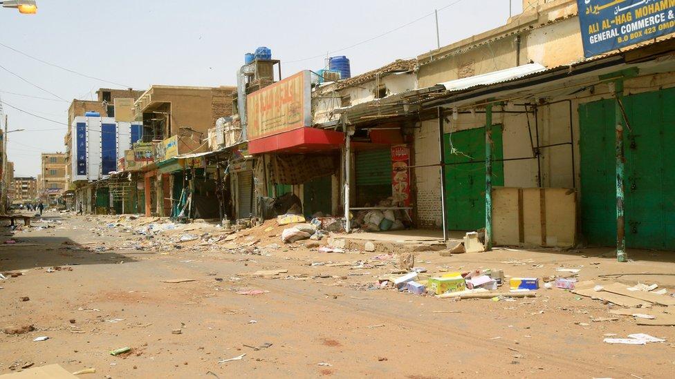 صورة من سوق أمدرمان يظهر محال مغلقة