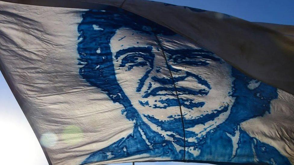 Lice Viktora Hare na zastavi