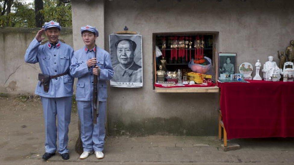 中國遊客在延安穿紅軍服跟毛象合影