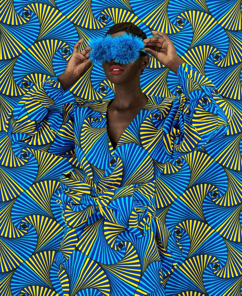 Žena utopljena u plavo-žutu tkaninu