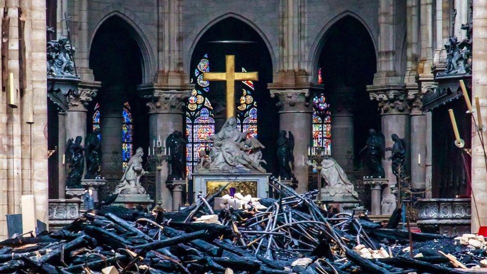 Escombros en Notre Dame después del incendio