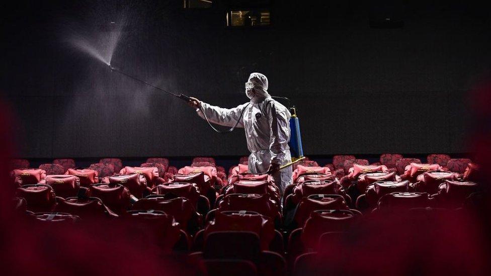 sinema yazarlarına yeni filmlerin gösterime giremediği ve festivalleri takip edemedikleri bu dönemde evlerinde hangi yapımları izlediklerini sorduk.