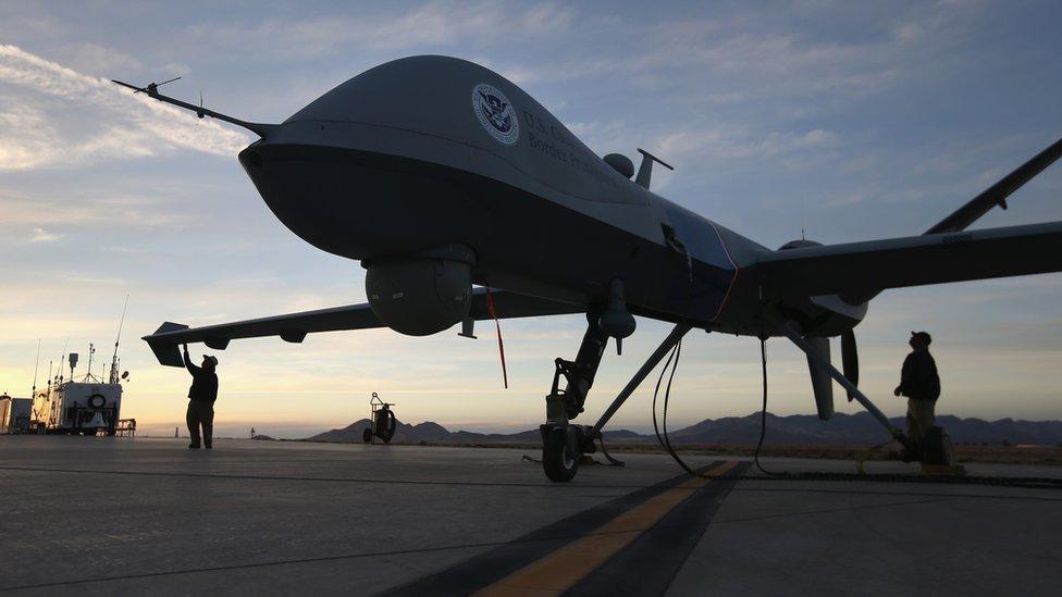 美國軍人在維修飛機