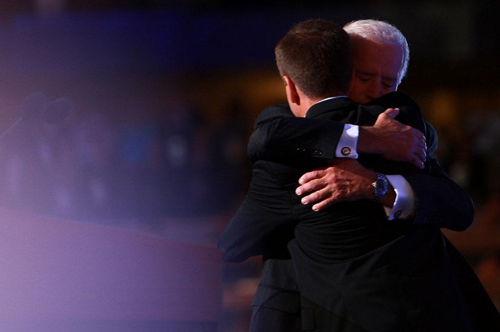 JOe Biden abraza a su hijo Beau